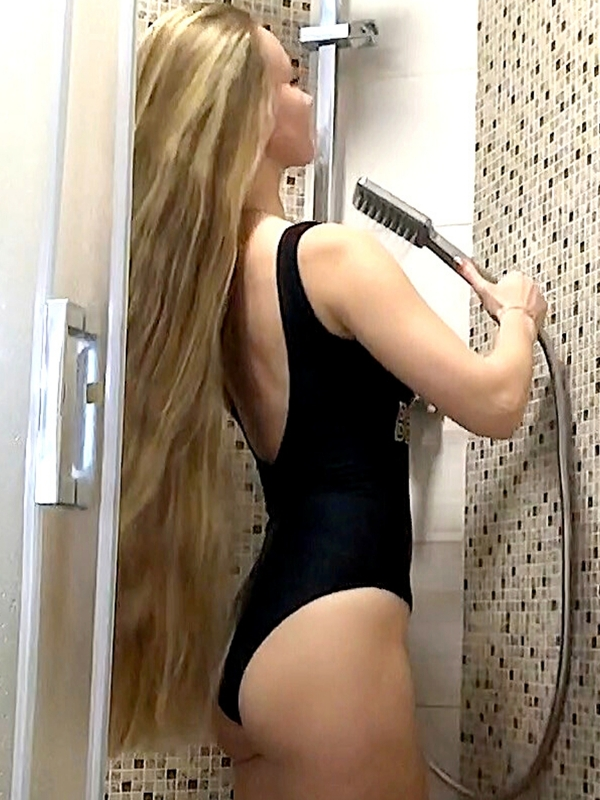 VIDEO - Julia's blonde hair wash