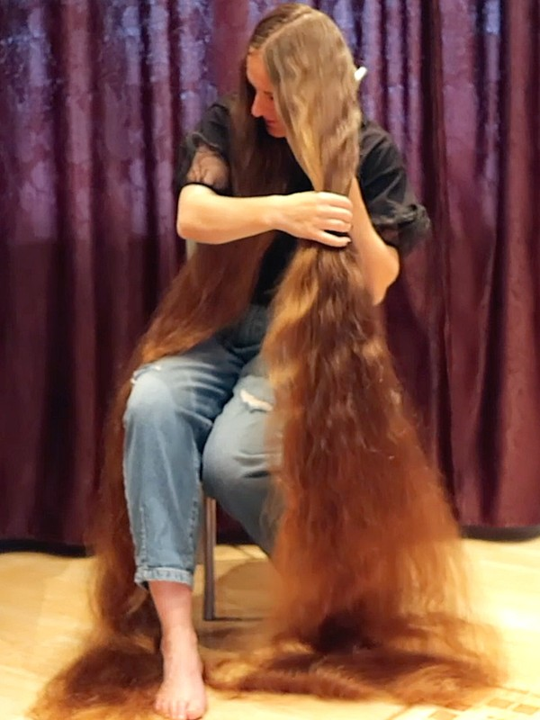 VIDEO - The greatest hair brushing ever