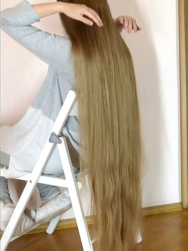 VIDEO - Very long blonde hair and a big mirror