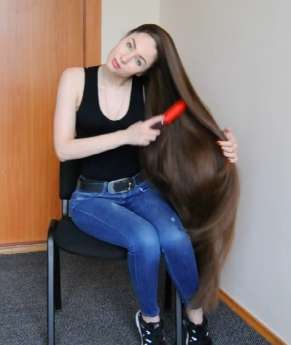 VIDEO - Perfect thigh length hair brushing
