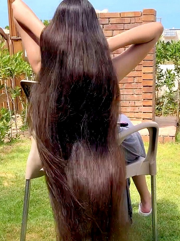 VIDEO - The young girl with super-length hair