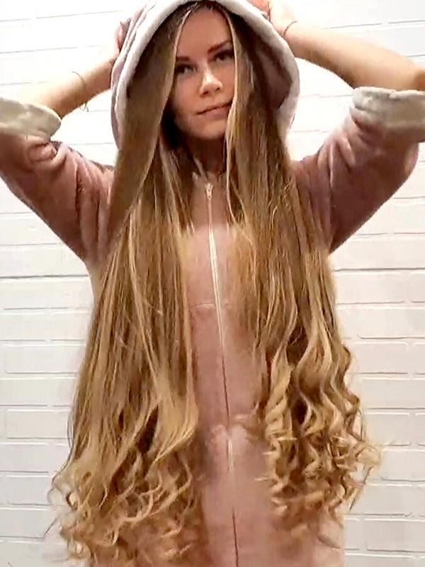 VIDEO - Julia curling her hair