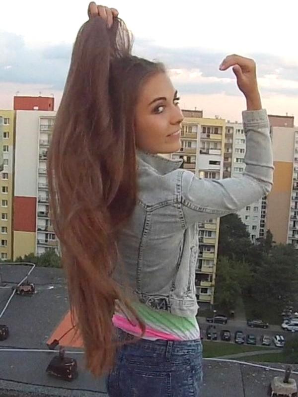 VIDEO - Perfect hip length hair play