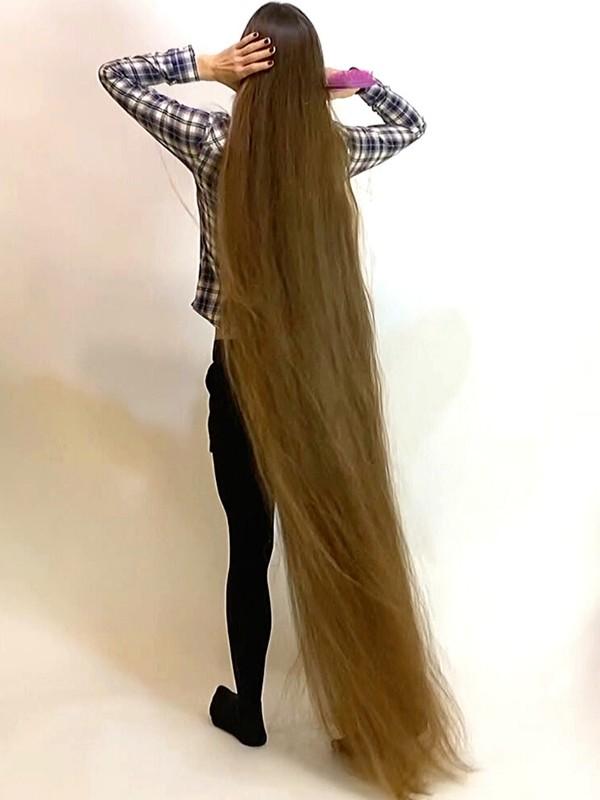 VIDEO - Floor length brunette hair