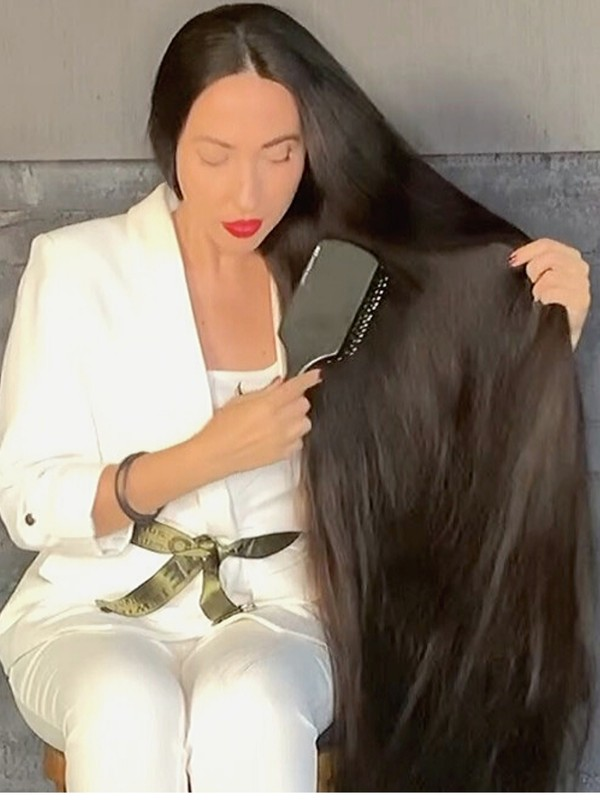 VIDEO - Mila's elegant hair play with her super thick hair