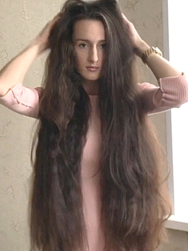 VIDEO - Classic length hair and a pink outfit
