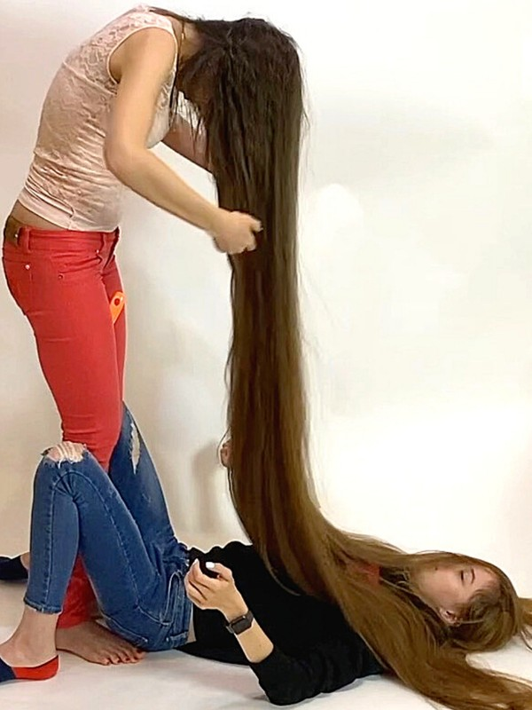 VIDEO - Having fun with very long hair