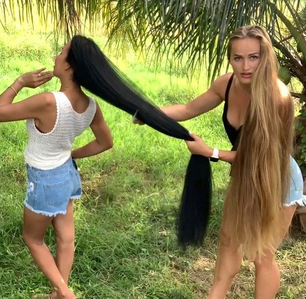 VIDEO - Julia and her friend outside