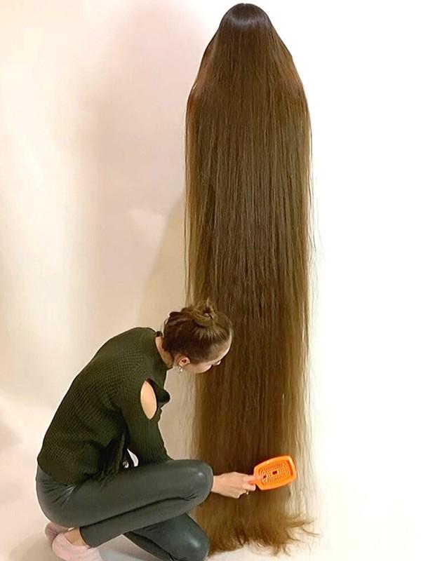 VIDEO - Playful floor length hair
