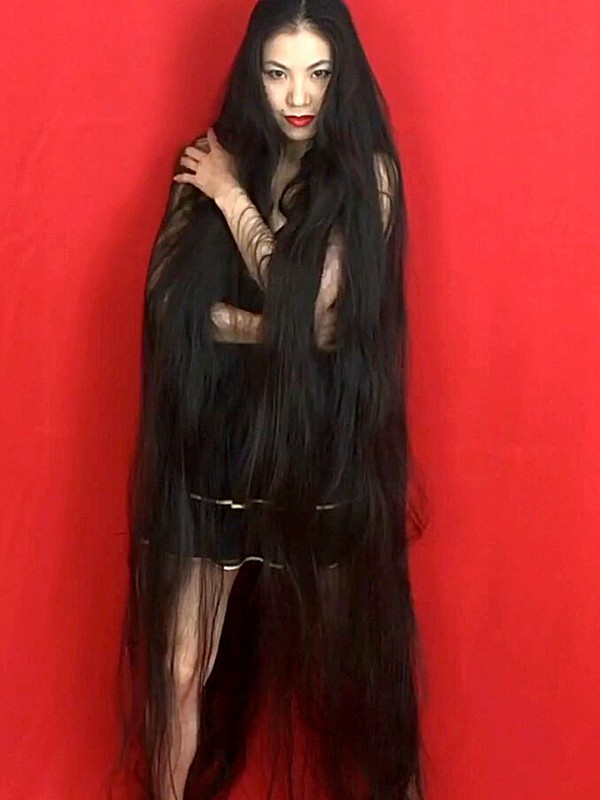 VIDEO - Beyond floor length hair on red
