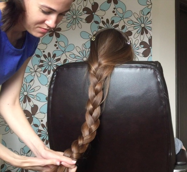 VIDEO - Friends playing with classic length hair in chair