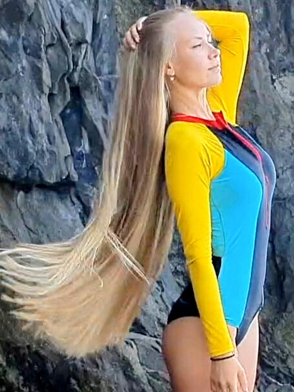 VIDEO - Beautiful blonde by the water
