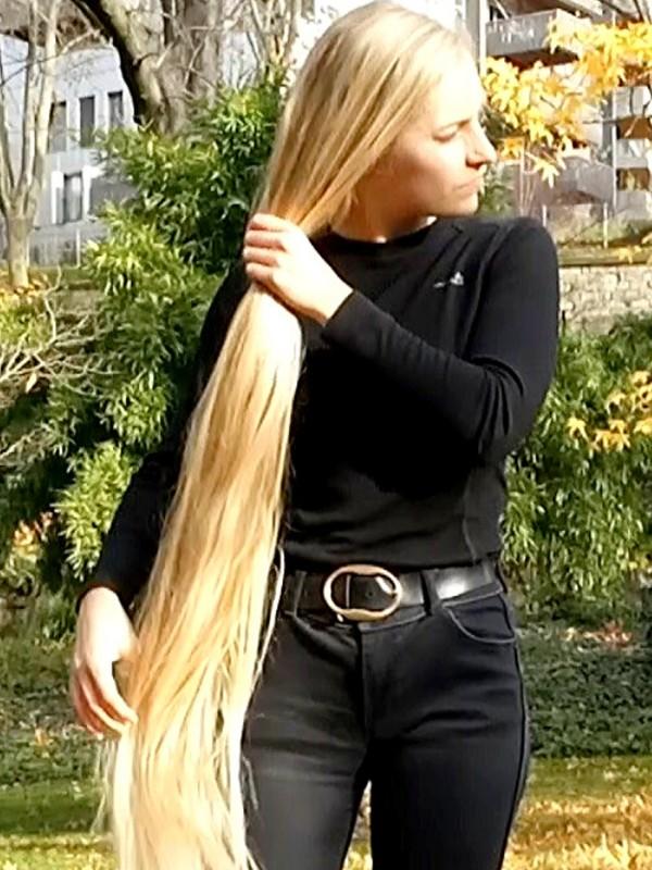 VIDEO - Julia's outdoor hair play