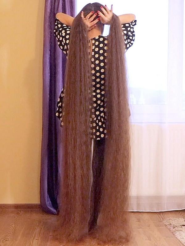 VIDEO - Floor length hair morning brush