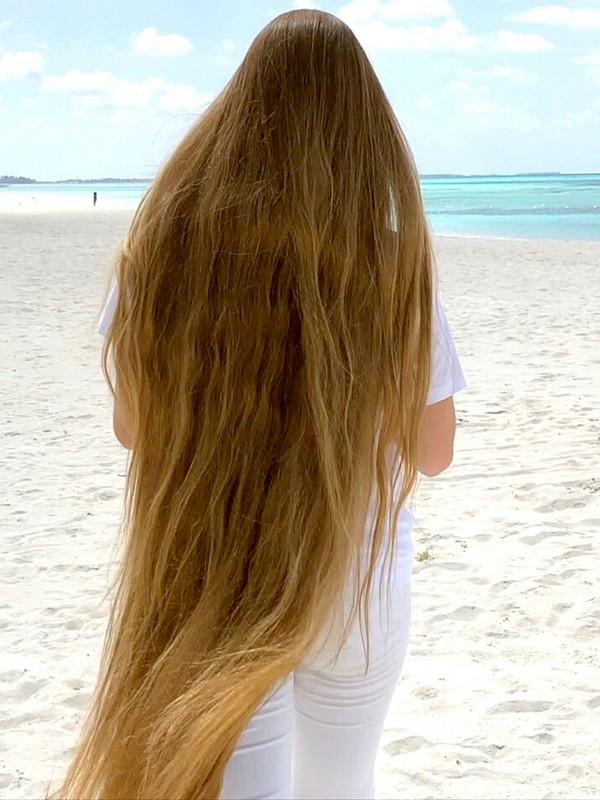 VIDEO - Following Rapunzel at the beach