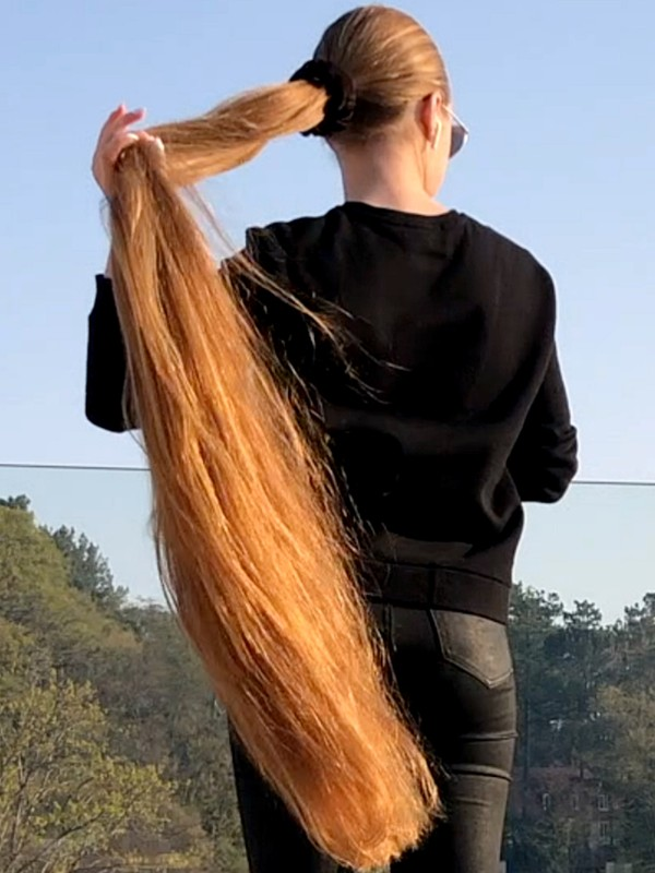 VIDEO - Super long hair in the wind