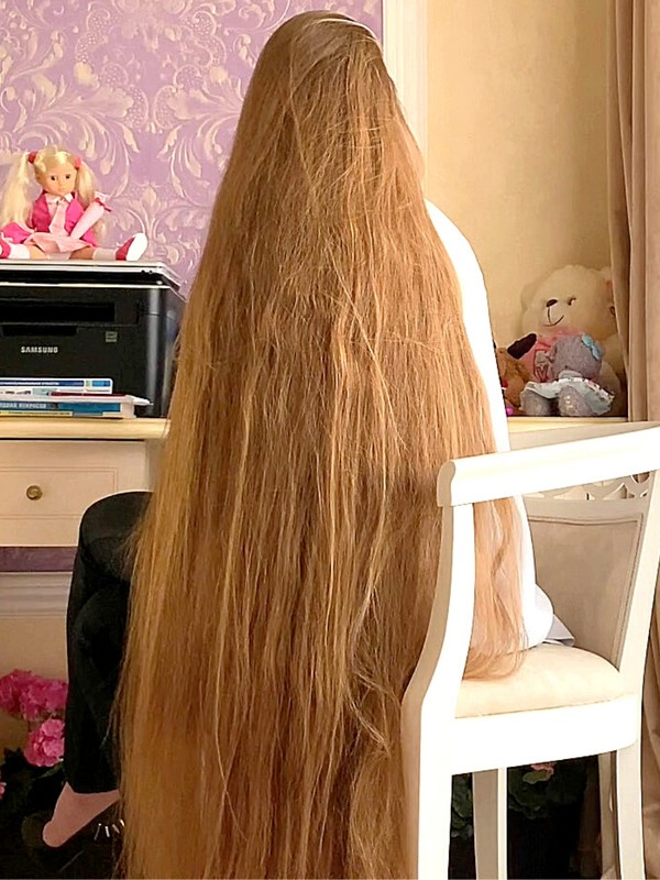 VIDEO - Doing homework with extremely long hair