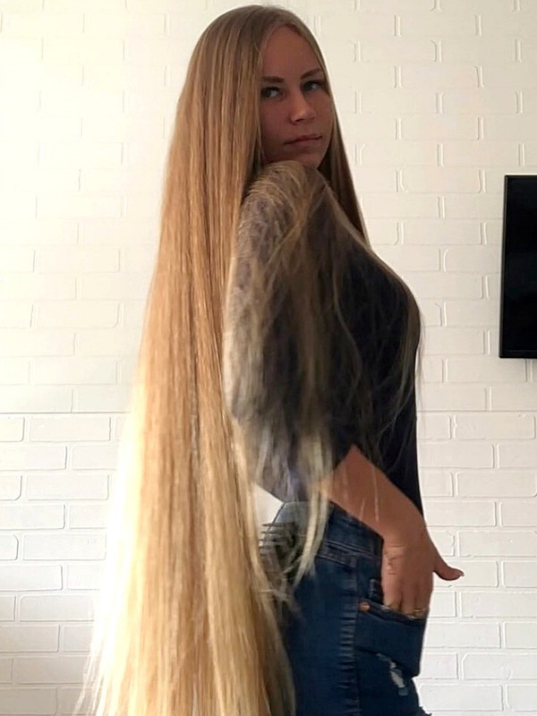 VIDEO - Blonde beauty with long, healthy hair