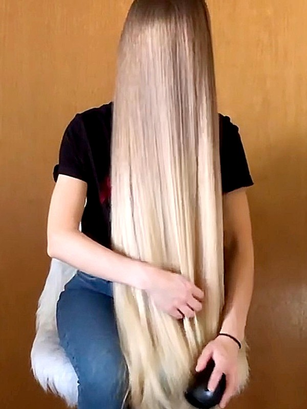 VIDEO - Very healthy long blonde hair in front of her face
