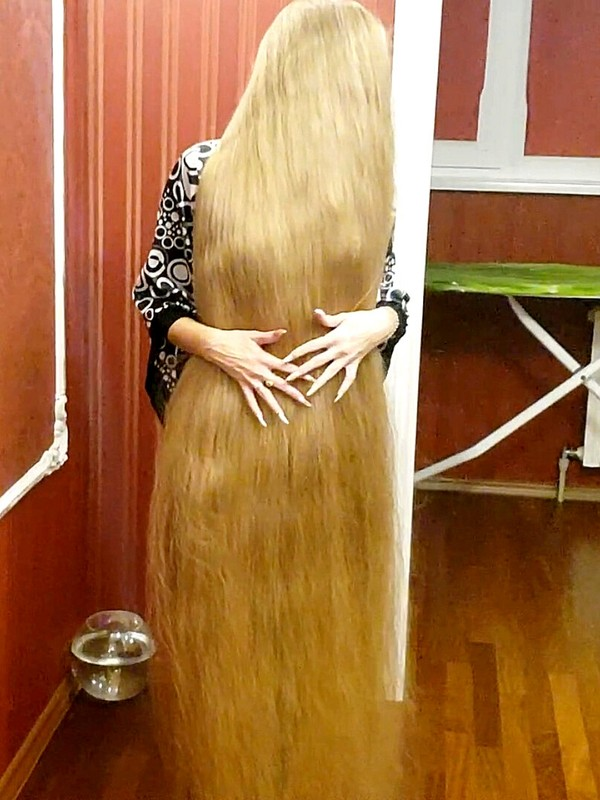 VIDEO - Sliding through floor length hair