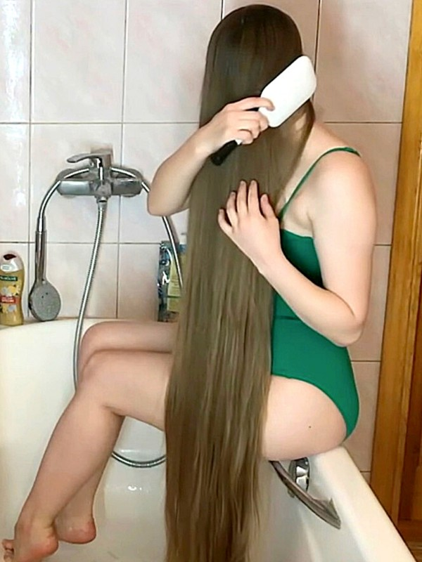 VIDEO - Real Life Rapunzel hair wash