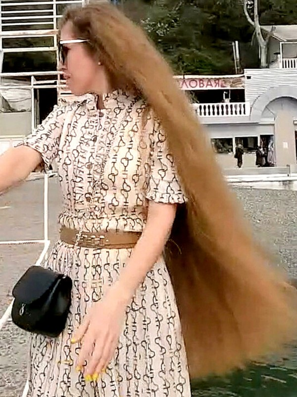 VIDEO - Walking around with a lot of hair
