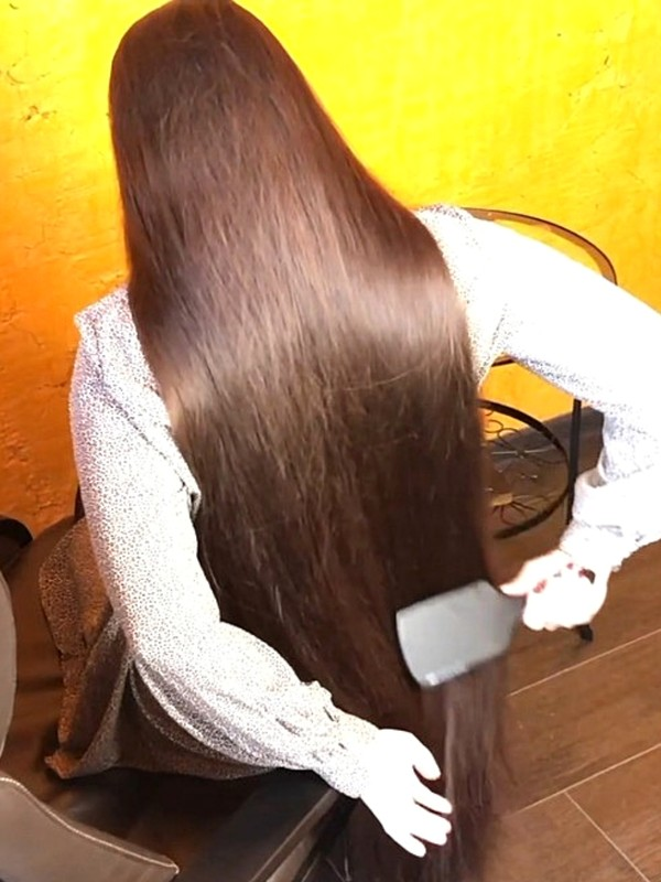 VIDEO - Mila's super thick and silky hair brushing