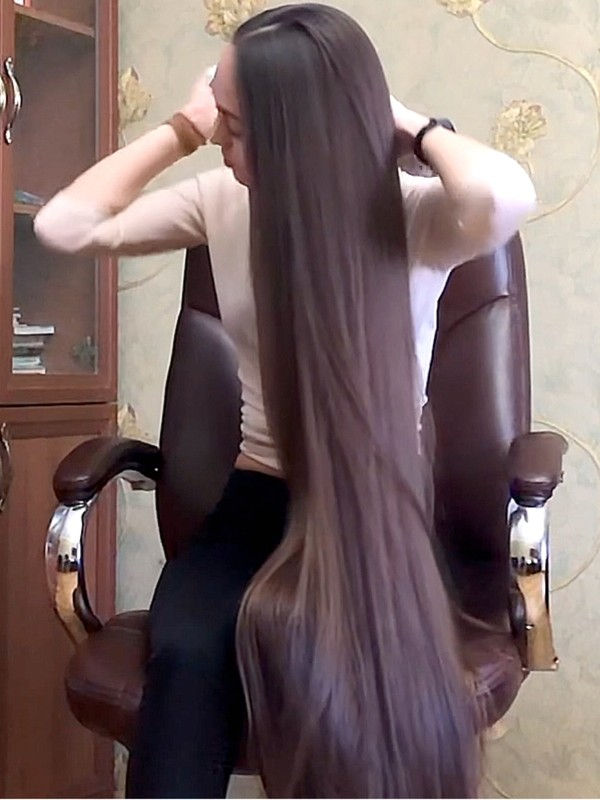 VIDEO - Alina's super silky hair play in her chair