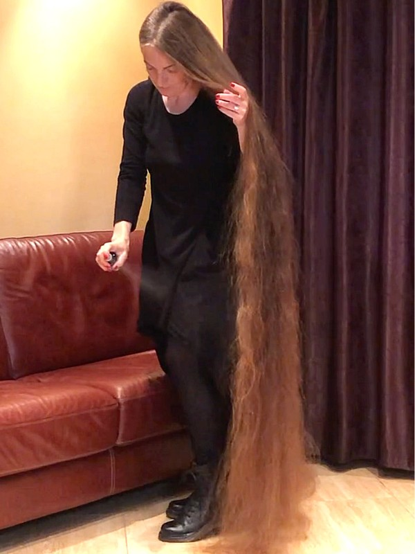 VIDEO - You will not believe how long her hair is!