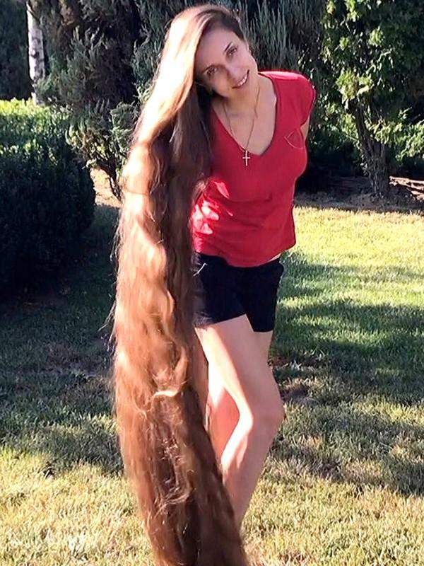 VIDEO - Floor length hair play