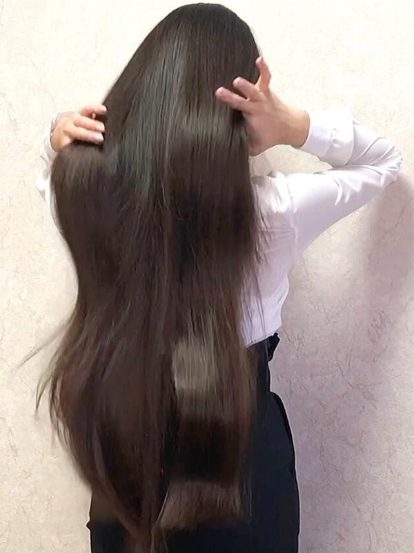 VIDEO - Elegant Diana's hair play