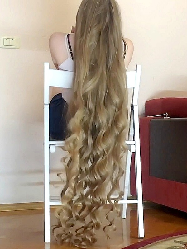 VIDEO - Super long curly hair in chair