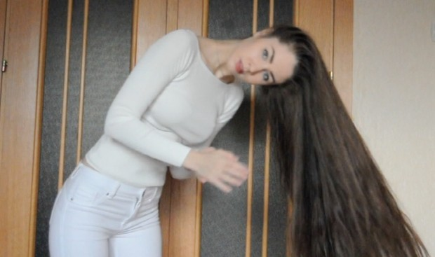 VIDEO - Thigh length hair drying and playing