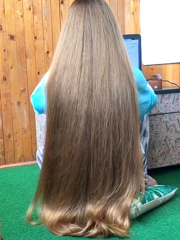 VIDEO - Orysya's hair play on the floor