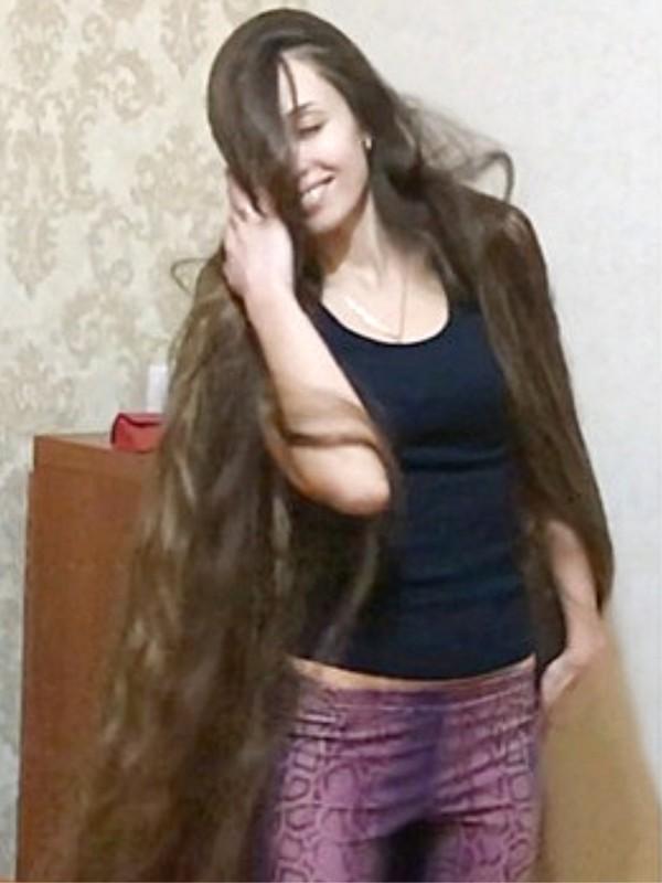 VIDEO - High heels and floor length hair