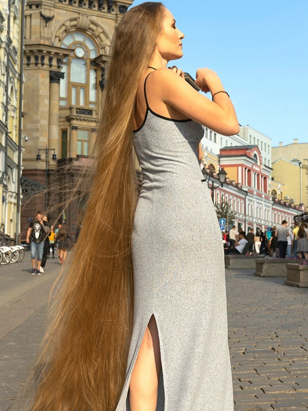 PHOTO SET - A Real-Life Rapunzel in the streets