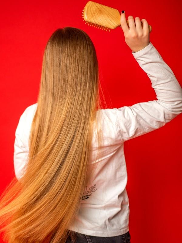 PHOTO SET - Blonde on red photoshoot