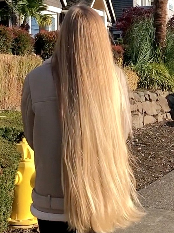 VIDEO - Alena's beautiful blonde walk