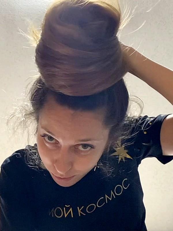 VIDEO - Looking up at floor length hair