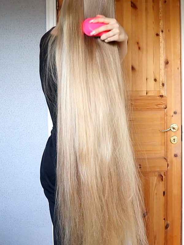 VIDEO - Very long blonde hair morning brushing