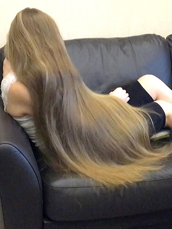 VIDEO - Silky blonde hair in the sofa