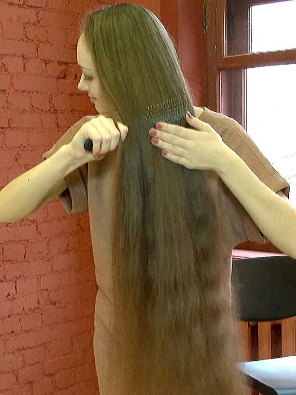 VIDEO - Voluminous hair brushing and hair play