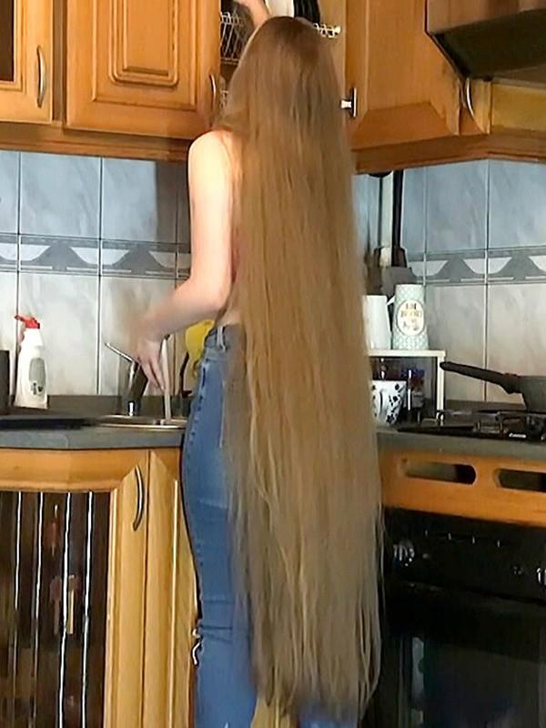 VIDEO - Blonde Rapunzel in the kitchen
