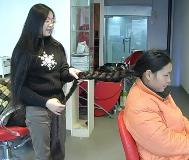 VIDEO - Chinese ankle length hair pampered with by classic length hair girl (part 1)