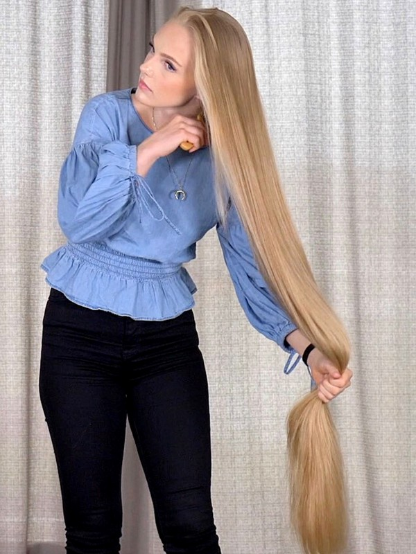 VIDEO - The very long blonde braid