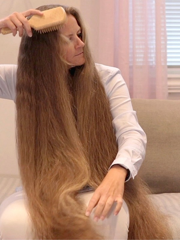 VIDEO - Siri's hair brushing and finger combing (part 1)