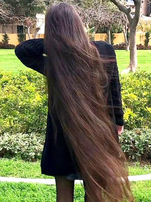 VIDEO - Nour in a park