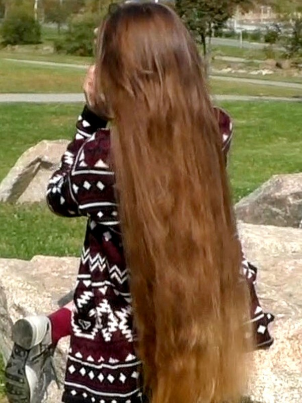 VIDEO - Tanya's friend brushing her long hair