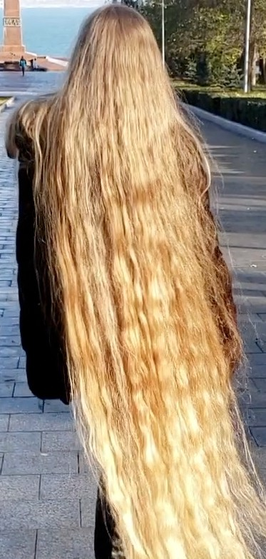 VIDEO - Blonde Rapunzel in the park