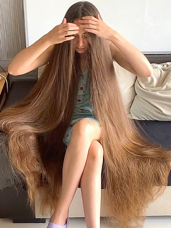 VIDEO - Super long, perfect Rapunzel hair